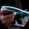 La photo montre un smartphone dans une main, entourée par la lumière bleue qui symbolise les données