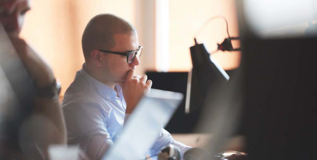 Bild zeigt Mann vor einem Computer, der Daten analysiert.